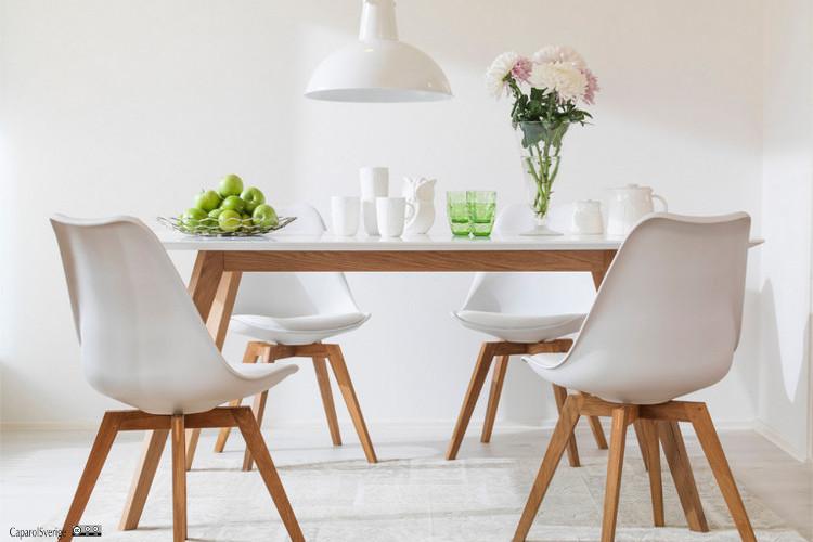 Salle à manger avec peinture blanche de murs
